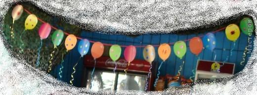 Доброго времени суток всем Мастерицам и Мастерам Страны! Попалась мне на днях яркая ленточка, которой был тортик перевязан, и я вспомнила, что когда-то я ей нашла очень хорошее применение, покупала её метрами, разных цветов, и вот хочу поведать вам, что же я с ней делала. На выпускной в детском саду очень хотелось создать атмосферу праздника в группе, цены на украшения в магазинах кусались, мне в голову пришла идея изготовления гирлянды своими руками, как говорится «дёшево и сердито».     Итак, для гирлянды нам понадобится цветной картон, яркие ленточки (продаются в отделах «Подарки»), дырокол и фантазия. Картон лучше глянцевый и двухсторонний. Ленточки можно использовать как одного цвета, так и разных цветов. фото 1