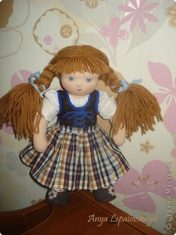 Вальдорфская куколка в баварском стиле :)  МАтериалы - хлопковый трикотаж, шерстяной сливер, волосы - шесть мериноса, одежда хлопок.  Рост 33 см Характер ангельский :))) фото 2