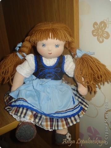 Вальдорфская куколка в баварском стиле :)  МАтериалы - хлопковый трикотаж, шерстяной сливер, волосы - шесть мериноса, одежда хлопок.  Рост 33 см Характер ангельский :))) фото 1
