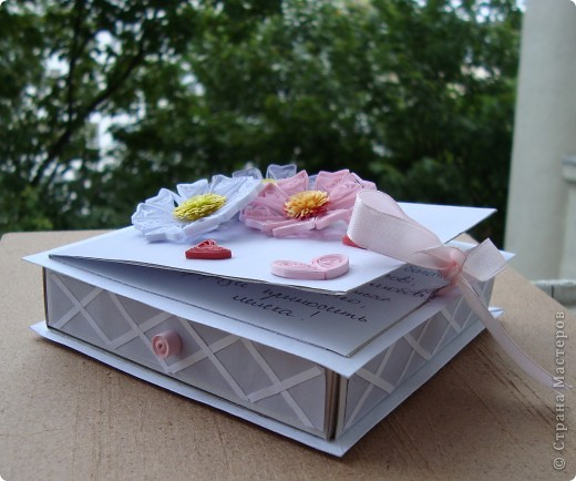 Эта коробочка сделана буквально за 3-4 часа. Меня накануне пригласили на свадьбу , а я уже давно заглядывалась на эти чудные коробочки, вот и сделала. Молодоженам очень понравилось, такого еще не видали )))). фото 3