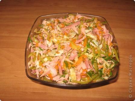 Очень вкусный салатик с блинами Рецепт: ветчина - 200гр язык отварной - 200 гр огурцы маринованные - 2 шт блины - 3-4 средних блинчика майонез, зелень Блинчики испечь и нарезать соломкой, остальные продукты нарезать соломкой, смешеть с майонезом. Язык можно заменить мясом!
