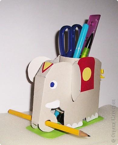 Слоника  Дана (ей 7 лет)  начала делать сегодня  на кружке рисования,а закончили мы его дома.Тело слоника выполнено из картона,декор - из бархатной бумаги,хвост из ниток.Внутрь мы поместили рулончик от туалетной бумаги,он жесткий и хорошо держит карандаши. фото 1