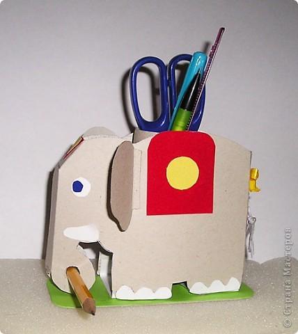Слоника  Дана (ей 7 лет)  начала делать сегодня  на кружке рисования,а закончили мы его дома.Тело слоника выполнено из картона,декор - из бархатной бумаги,хвост из ниток.Внутрь мы поместили рулончик от туалетной бумаги,он жесткий и хорошо держит карандаши. фото 2