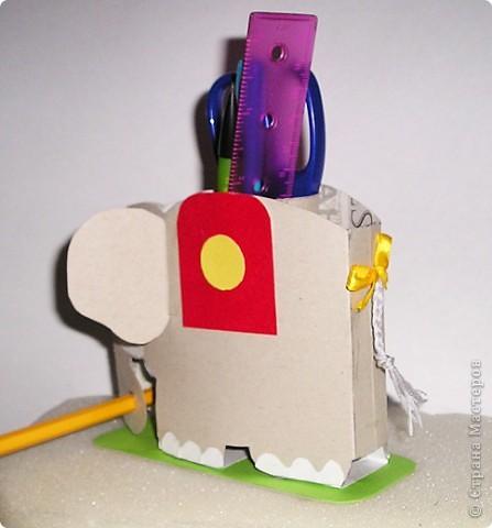 Слоника  Дана (ей 7 лет)  начала делать сегодня  на кружке рисования,а закончили мы его дома.Тело слоника выполнено из картона,декор - из бархатной бумаги,хвост из ниток.Внутрь мы поместили рулончик от туалетной бумаги,он жесткий и хорошо держит карандаши. фото 3