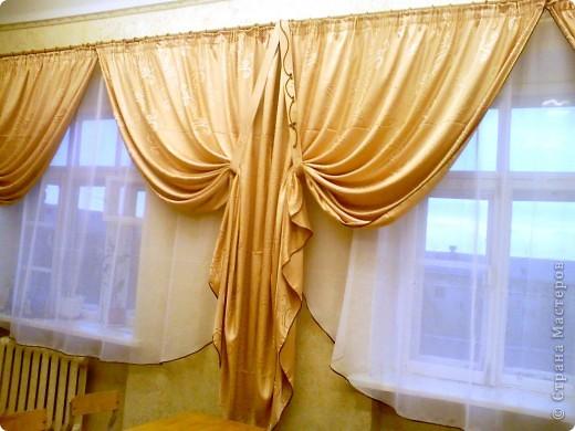 Такие вот шторы я сшила в наш класс. Благодаря бейке одного цвета на шторах и тюли получилось очень торжественно. фото 1