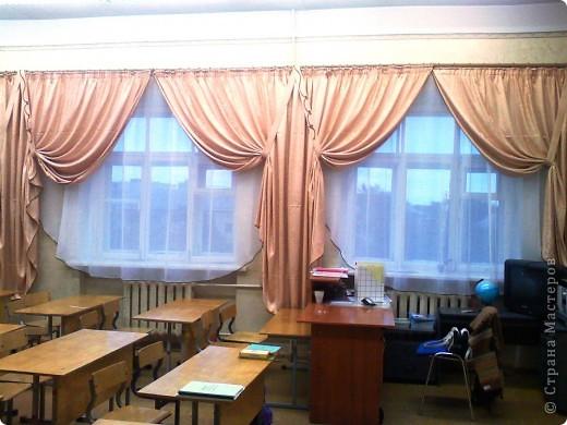 Такие вот шторы я сшила в наш класс. Благодаря бейке одного цвета на шторах и тюли получилось очень торжественно. фото 2