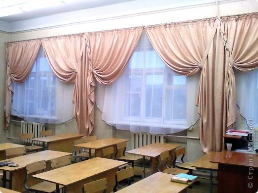 Такие вот шторы я сшила в наш класс. Благодаря бейке одного цвета на шторах и тюли получилось очень торжественно. фото 3