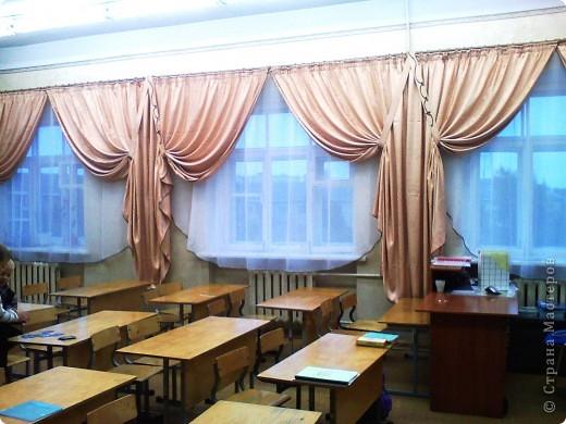 Такие вот шторы я сшила в наш класс. Благодаря бейке одного цвета на шторах и тюли получилось очень торжественно. фото 4