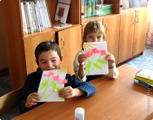 В первом классе, где я веду занятия по оригами планировался классный час для поздравления бабушек и дедушек с днем пожилого человека, вот и попросили меня сделать с детьми что-то в подарок родным и любимым. Так как занятия только начались и еще не все дети хорошо справляются даже с простыми сгибами, я придумала вот такую открытку, совмещающую оригами и объемную аппликацию. фото 2