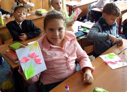 В первом классе, где я веду занятия по оригами планировался классный час для поздравления бабушек и дедушек с днем пожилого человека, вот и попросили меня сделать с детьми что-то в подарок родным и любимым. Так как занятия только начались и еще не все дети хорошо справляются даже с простыми сгибами, я придумала вот такую открытку, совмещающую оригами и объемную аппликацию. фото 3