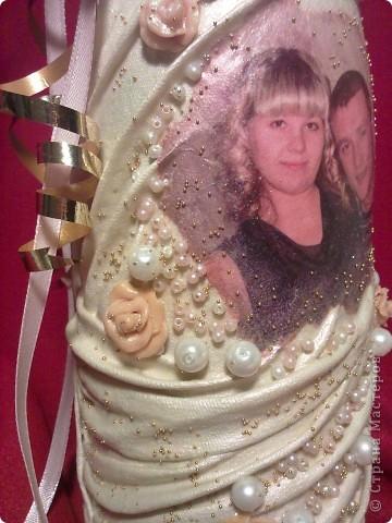 попросили сделать бутылочку в подарок на свадьбу. Странно,на фото оттенок кремовый,а вообще то краска белая перламутровая, хамелеон с розоватым оттенком. фото 2