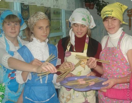 Предлагем приготовить вместе с нами вкусное и оригинальное блюдо из макарон. Нам понадобятся сосиски или сардельки 2-3 шт., спагетти 200 г, сыр 50 г. фото 2