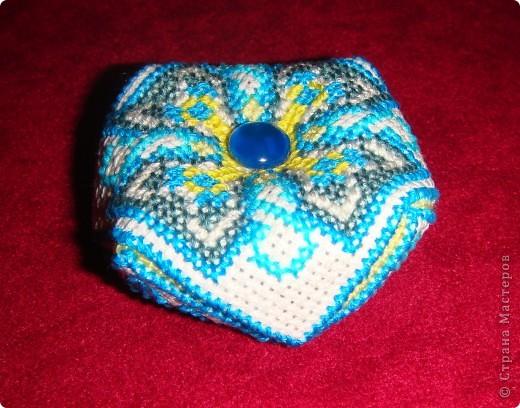 Загорелась созданием французских кривулек (бискорню) это моя первая работа в данной технике...  Поскольку человечек я довольно ленивый, схемки было лень искать - пришлось придумывать в процессе вышивки... На мой взгляд получилось довольно-таки неплохо... самое сложное оказалось сшивать))) Эта бискорнюшка так понравилась моей крестной, что уехала в качестве игольницы в Ижевск! фото 1