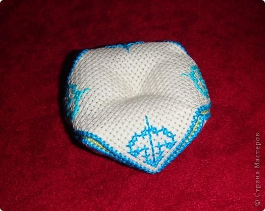 Загорелась созданием французских кривулек (бискорню) это моя первая работа в данной технике...  Поскольку человечек я довольно ленивый, схемки было лень искать - пришлось придумывать в процессе вышивки... На мой взгляд получилось довольно-таки неплохо... самое сложное оказалось сшивать))) Эта бискорнюшка так понравилась моей крестной, что уехала в качестве игольницы в Ижевск! фото 2