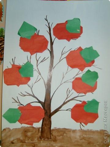 Эту яблоньку мы сделали вместе с детьми на занятии в детском саду.