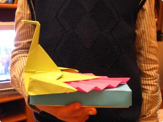 Разноцветный павлин на коробочке. Работа моего сына. При изготовлении пришлось повозиться, пока не поняли, что держим заготовку не той стороной. Как всегда, поделка отправилась в школу фото 1