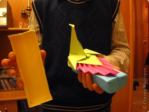 Разноцветный павлин на коробочке. Работа моего сына. При изготовлении пришлось повозиться, пока не поняли, что держим заготовку не той стороной. Как всегда, поделка отправилась в школу фото 2