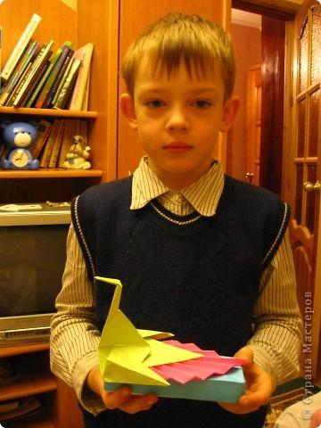 Разноцветный павлин на коробочке. Работа моего сына. При изготовлении пришлось повозиться, пока не поняли, что держим заготовку не той стороной. Как всегда, поделка отправилась в школу фото 3