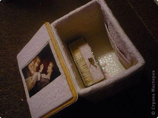 """Есть у меня очень хорошая подруга, которая замечательно шьёт. Долго она наблюдала за моими плетениями и попросила оформить ей коробочку под рукоделие. Зная, что подруге нравится золотой цвет, постаралась как-то его привнести. Покрасила коробку в кофейный цвет, а потом золотой акриловой краской. Золото любит основу, на которой будет ярче играть. Сверху-лак """"Яхтный"""". фото 2"""