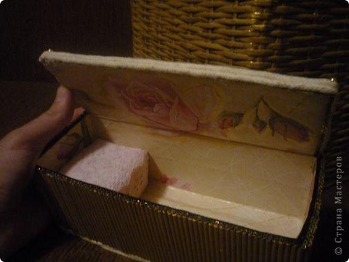 """Есть у меня очень хорошая подруга, которая замечательно шьёт. Долго она наблюдала за моими плетениями и попросила оформить ей коробочку под рукоделие. Зная, что подруге нравится золотой цвет, постаралась как-то его привнести. Покрасила коробку в кофейный цвет, а потом золотой акриловой краской. Золото любит основу, на которой будет ярче играть. Сверху-лак """"Яхтный"""". фото 3"""