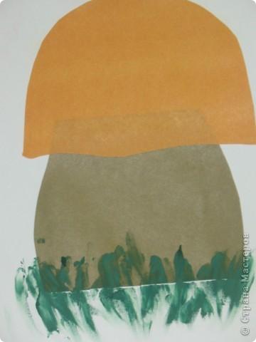 Работа с детками от 1,3мес и старше.Заранее заготовлены детали аппликации. Играя располагаем материал на листке, затем мажем клеем, от ножки к шляпки. Все пошлепываем ладошками. В завершении опускаем пальчики в краску и шлепаем от души, получилась травка и масса удовольствия, от краски и клея))) фото 2