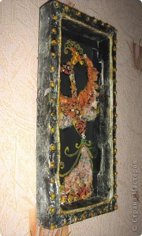 Птичка выложена из яичной скорлупы, затем подкрашена гуашью, блёстками, цветныи и белым сахаром, использовала элементы  посыпки для куличей (вовремя попались под руку). фото 3