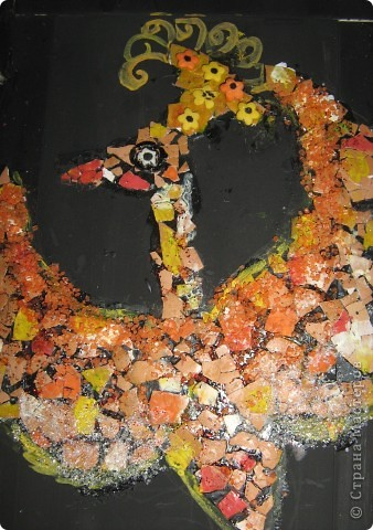 Птичка выложена из яичной скорлупы, затем подкрашена гуашью, блёстками, цветныи и белым сахаром, использовала элементы  посыпки для куличей (вовремя попались под руку). фото 2