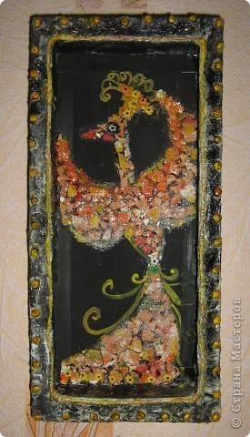 Птичка выложена из яичной скорлупы, затем подкрашена гуашью, блёстками, цветныи и белым сахаром, использовала элементы  посыпки для куличей (вовремя попались под руку). фото 1