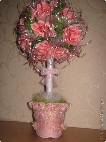 После свадьбы остались украшения, решила их переделать и получилось такое деревце из роз. фото 1