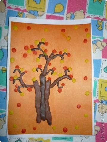 """Изучали на уроке TREE, катали колбаски и отщипывали кусочки пластилина. Это деревце я налепила в процессе объяснения:)   Каюсь, не занесла сразу в ИЗБРАННОЕ то волшебное дерево с фиолетовым стволом, которое меня вдохновило (очень понравился ствол из колбасок), поэтому не могу тут воздать должную хвалу автору:( кстати, почему-то не могу сегодня найти поле """"поиск"""" на сайте!.. фото 1"""