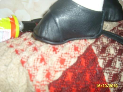Затем аккуратно подгибаем верхнюю часть ботиночка и подклеиваем ее во внутрь. Чтоб верх смотрелся красиво. фото 15