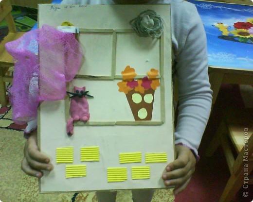 Картонное окно, гофрированные кирпичики, пластилиновый кот, бумажная ваза и цветы, о, да- пластилиновые яички в гнездышке, по-моему оч уютно получилось у ребятни))))) фото 1