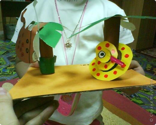 Картонное окно, гофрированные кирпичики, пластилиновый кот, бумажная ваза и цветы, о, да- пластилиновые яички в гнездышке, по-моему оч уютно получилось у ребятни))))) фото 3