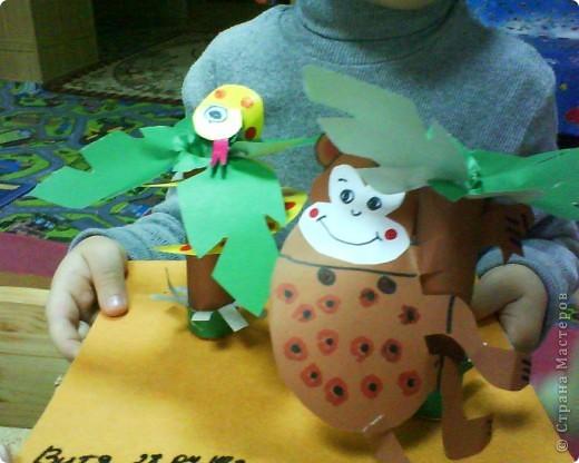 Картонное окно, гофрированные кирпичики, пластилиновый кот, бумажная ваза и цветы, о, да- пластилиновые яички в гнездышке, по-моему оч уютно получилось у ребятни))))) фото 4