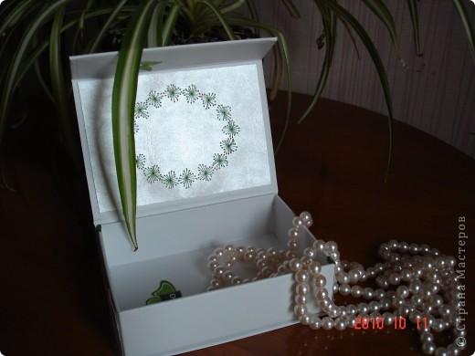 я взяла коробку из под масок. и от декорировала ее с использованием изонити. получилась очень милая вещица. фото 3