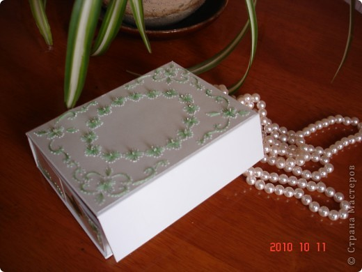 я взяла коробку из под масок. и от декорировала ее с использованием изонити. получилась очень милая вещица. фото 1