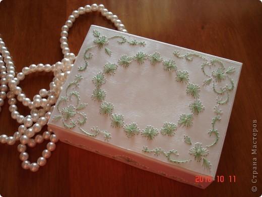 я взяла коробку из под масок. и от декорировала ее с использованием изонити. получилась очень милая вещица. фото 4