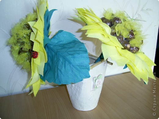 Эти солнушки-подсолнушки я сделала для подружек на ДР ( сразу у двух подружек ДР одно за другим). Сподвигла меня на это Sjusen -Катюша, я увидела ее подсолнушек и решилась, хотя и до этого видела много конфетных букетов, но тут просто не устояла. фото 3