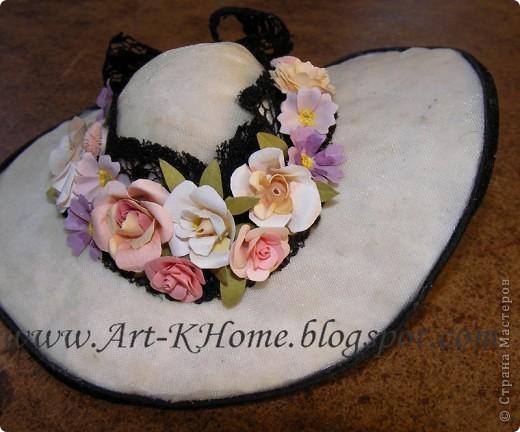 Знакомая художница, которая творит потрясающей красоты куклы, попросила сделать маленькие цветочки на кукольную шляпку для одной из ее новых работ.  Вот, собственно, что было и что получилось на выходе. Размер цветочков - 5-8 мм. Сама шляпка и декор на ней - это не моя работа. Мои - только сами цветочки. Подробности и лирические отступления :) - в моем блоге http://art-khome.blogspot.com/2010/10/blog-post_19.html фото 2