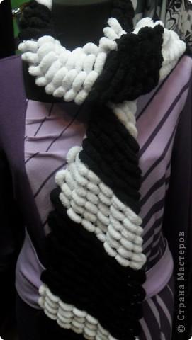 Мой шарфик из пряжи с помпончиками.