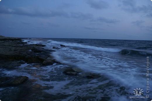 Мыс Тарханкут, полуостров Тарханкут находятся на западе Крыма.  Уникальная природная экосистема и самая экологически чистая акватория Черного моря находятся именно здесь.                                                                    Когда-то полуостров носил название Эски Форос, означающее Старый маяк, и правда на морских картах ХIV века, есть обозначения этого места.  Судя по названию мыса Атлеш (огонь), маяк существовал здесь с древнейших времен. Позднее появилось укрепленное сооружение, дававшее сигналы проходящим судам. Маяк существует и в наше время (башня высотой 42 м была построена из белого инкерманского известняка в 1816 г), нынче это современное строение оборудованное по последнему слову техники. фото 8