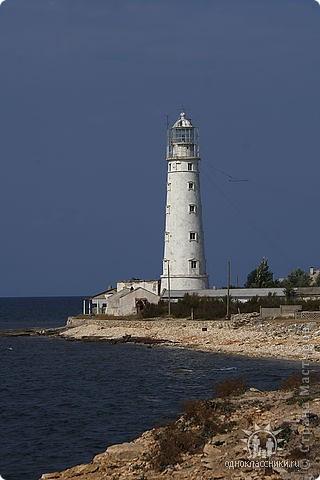 Мыс Тарханкут, полуостров Тарханкут находятся на западе Крыма.  Уникальная природная экосистема и самая экологически чистая акватория Черного моря находятся именно здесь.                                                                    Когда-то полуостров носил название Эски Форос, означающее Старый маяк, и правда на морских картах ХIV века, есть обозначения этого места.  Судя по названию мыса Атлеш (огонь), маяк существовал здесь с древнейших времен. Позднее появилось укрепленное сооружение, дававшее сигналы проходящим судам. Маяк существует и в наше время (башня высотой 42 м была построена из белого инкерманского известняка в 1816 г), нынче это современное строение оборудованное по последнему слову техники. фото 1