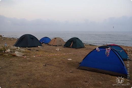 Мыс Тарханкут, полуостров Тарханкут находятся на западе Крыма.  Уникальная природная экосистема и самая экологически чистая акватория Черного моря находятся именно здесь.                                                                    Когда-то полуостров носил название Эски Форос, означающее Старый маяк, и правда на морских картах ХIV века, есть обозначения этого места.  Судя по названию мыса Атлеш (огонь), маяк существовал здесь с древнейших времен. Позднее появилось укрепленное сооружение, дававшее сигналы проходящим судам. Маяк существует и в наше время (башня высотой 42 м была построена из белого инкерманского известняка в 1816 г), нынче это современное строение оборудованное по последнему слову техники. фото 20
