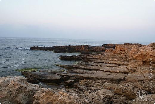 Мыс Тарханкут, полуостров Тарханкут находятся на западе Крыма.  Уникальная природная экосистема и самая экологически чистая акватория Черного моря находятся именно здесь.                                                                    Когда-то полуостров носил название Эски Форос, означающее Старый маяк, и правда на морских картах ХIV века, есть обозначения этого места.  Судя по названию мыса Атлеш (огонь), маяк существовал здесь с древнейших времен. Позднее появилось укрепленное сооружение, дававшее сигналы проходящим судам. Маяк существует и в наше время (башня высотой 42 м была построена из белого инкерманского известняка в 1816 г), нынче это современное строение оборудованное по последнему слову техники. фото 24