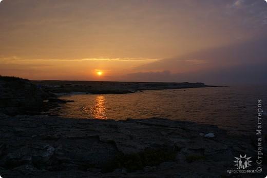 Мыс Тарханкут, полуостров Тарханкут находятся на западе Крыма.  Уникальная природная экосистема и самая экологически чистая акватория Черного моря находятся именно здесь.                                                                    Когда-то полуостров носил название Эски Форос, означающее Старый маяк, и правда на морских картах ХIV века, есть обозначения этого места.  Судя по названию мыса Атлеш (огонь), маяк существовал здесь с древнейших времен. Позднее появилось укрепленное сооружение, дававшее сигналы проходящим судам. Маяк существует и в наше время (башня высотой 42 м была построена из белого инкерманского известняка в 1816 г), нынче это современное строение оборудованное по последнему слову техники. фото 14
