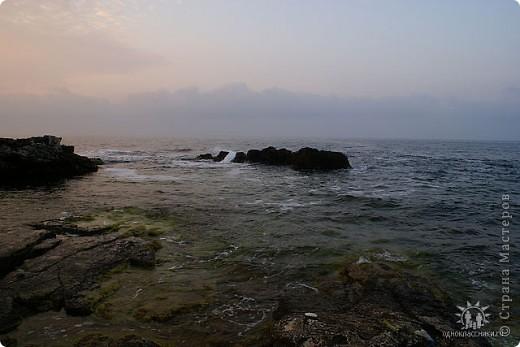 Мыс Тарханкут, полуостров Тарханкут находятся на западе Крыма.  Уникальная природная экосистема и самая экологически чистая акватория Черного моря находятся именно здесь.                                                                    Когда-то полуостров носил название Эски Форос, означающее Старый маяк, и правда на морских картах ХIV века, есть обозначения этого места.  Судя по названию мыса Атлеш (огонь), маяк существовал здесь с древнейших времен. Позднее появилось укрепленное сооружение, дававшее сигналы проходящим судам. Маяк существует и в наше время (башня высотой 42 м была построена из белого инкерманского известняка в 1816 г), нынче это современное строение оборудованное по последнему слову техники. фото 19