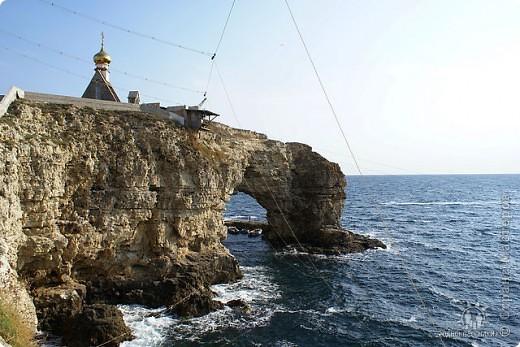 Мыс Тарханкут, полуостров Тарханкут находятся на западе Крыма.  Уникальная природная экосистема и самая экологически чистая акватория Черного моря находятся именно здесь.                                                                    Когда-то полуостров носил название Эски Форос, означающее Старый маяк, и правда на морских картах ХIV века, есть обозначения этого места.  Судя по названию мыса Атлеш (огонь), маяк существовал здесь с древнейших времен. Позднее появилось укрепленное сооружение, дававшее сигналы проходящим судам. Маяк существует и в наше время (башня высотой 42 м была построена из белого инкерманского известняка в 1816 г), нынче это современное строение оборудованное по последнему слову техники. фото 2