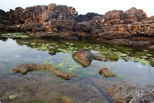 Мыс Тарханкут, полуостров Тарханкут находятся на западе Крыма.  Уникальная природная экосистема и самая экологически чистая акватория Черного моря находятся именно здесь.                                                                    Когда-то полуостров носил название Эски Форос, означающее Старый маяк, и правда на морских картах ХIV века, есть обозначения этого места.  Судя по названию мыса Атлеш (огонь), маяк существовал здесь с древнейших времен. Позднее появилось укрепленное сооружение, дававшее сигналы проходящим судам. Маяк существует и в наше время (башня высотой 42 м была построена из белого инкерманского известняка в 1816 г), нынче это современное строение оборудованное по последнему слову техники. фото 23