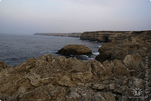 Мыс Тарханкут, полуостров Тарханкут находятся на западе Крыма.  Уникальная природная экосистема и самая экологически чистая акватория Черного моря находятся именно здесь.                                                                    Когда-то полуостров носил название Эски Форос, означающее Старый маяк, и правда на морских картах ХIV века, есть обозначения этого места.  Судя по названию мыса Атлеш (огонь), маяк существовал здесь с древнейших времен. Позднее появилось укрепленное сооружение, дававшее сигналы проходящим судам. Маяк существует и в наше время (башня высотой 42 м была построена из белого инкерманского известняка в 1816 г), нынче это современное строение оборудованное по последнему слову техники. фото 27