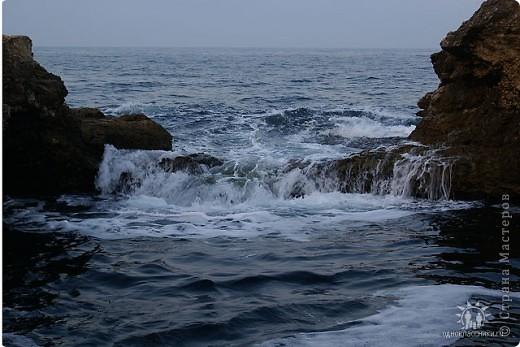 Мыс Тарханкут, полуостров Тарханкут находятся на западе Крыма.  Уникальная природная экосистема и самая экологически чистая акватория Черного моря находятся именно здесь.                                                                    Когда-то полуостров носил название Эски Форос, означающее Старый маяк, и правда на морских картах ХIV века, есть обозначения этого места.  Судя по названию мыса Атлеш (огонь), маяк существовал здесь с древнейших времен. Позднее появилось укрепленное сооружение, дававшее сигналы проходящим судам. Маяк существует и в наше время (башня высотой 42 м была построена из белого инкерманского известняка в 1816 г), нынче это современное строение оборудованное по последнему слову техники. фото 26